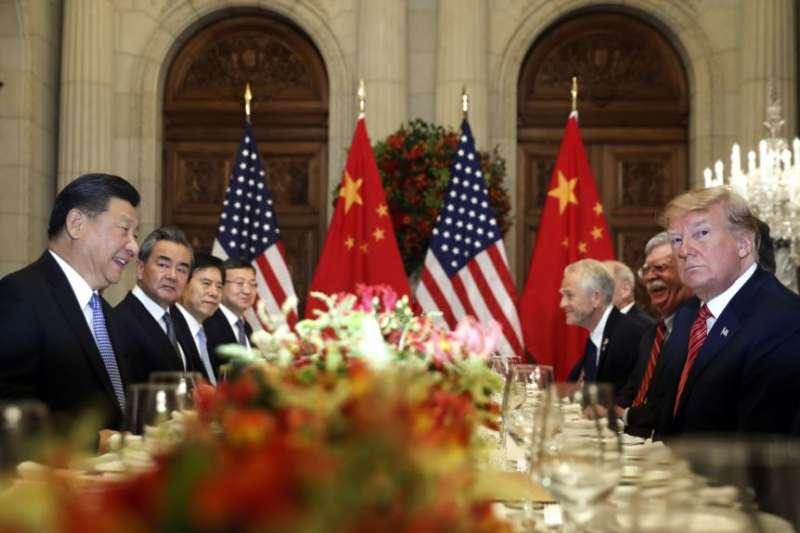 美國總統川普(右二)和中國國家主席習近平(左二)在阿根廷布宜諾斯艾利斯出席二十國集團領導人非正式會晤。(美聯社)