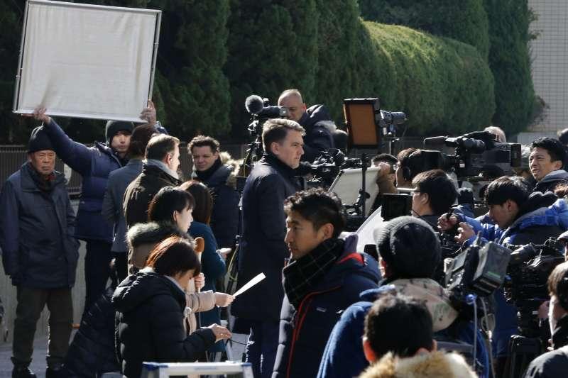 2019年1月8日東京地方法院開庭說明羈押日產前董座戈恩的理由,法院外聚集超過1100位媒體記者。(AP)