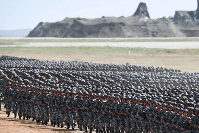 中國解放軍2017年在內蒙古朱日和軍事基地演習。(美國之音)