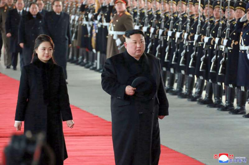 北韓領導人金正恩與夫人李雪主訪問中國(AP)