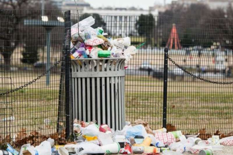 白宮外圍堆積如山的垃圾。(BBC中文網)