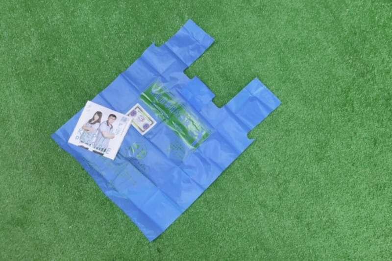 20190108-台北市立委補選將至,被外界視為柯家軍的候選人陳思宇,在文宣小物部分主打「實用風」,除常見的面紙外, 還有北市專用垃圾袋。(陳思宇競選團隊提供)