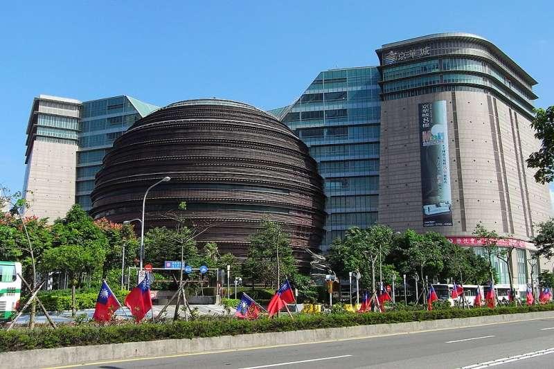 全台大型購物中心遍地開花,包括台北京華城(見圖)、台北微風、新竹風城、台南仁德嘉年華等。(資料照,取自維基百科,Peellden攝/CC BY 3.0)