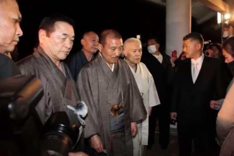 日本最大黑幫山口組第六代組長司忍日前前往神社參拜,圖為去年參拜照片。(翻攝影片)