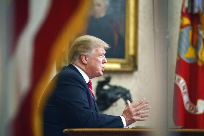 川普發表電視演說,強調非法移民給美國帶來極嚴重的社會與治安問題。(美聯社)