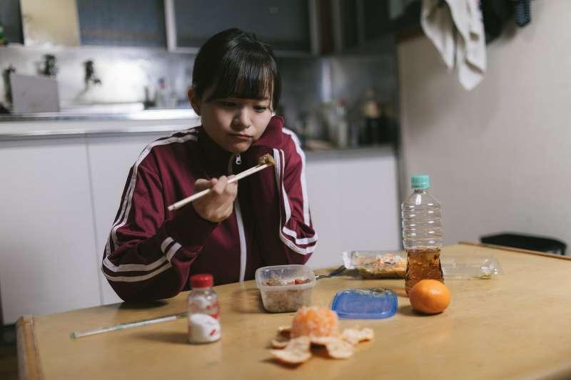 很多孩子患上心理疾病,包括抑鬱症、強迫症、焦慮症,都與家庭的教育方式密切相關。(示意圖非本人/すしぱく@pakutaso)