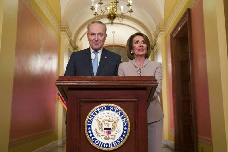 民主黨參議院領袖舒默及眾議院領袖裴洛西發表演說,回應川普全國演講。(AP)