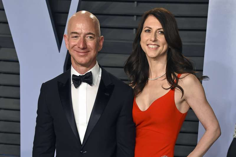 亞馬遜創辦人(Jeff Bezos)與妻子麥肯姬(MacKenzie Bezos),攝於2018年3月(AP)