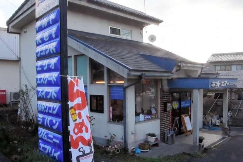 「拉麵」的旗幟在寫著各個車種的看板旁邊擺動著=攝於11月5日。(圖/潮日本提供)