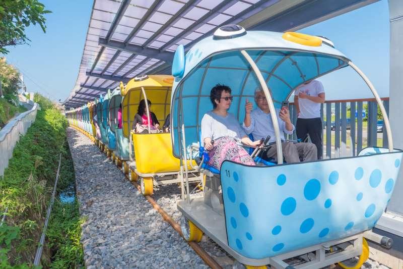 逾4,000人次免費試乘深澳鐵道自行車,對於沿途海景、河豚造型自行車及隧道光環境均有極高評價。(圖/新北市觀光旅遊局提供)
