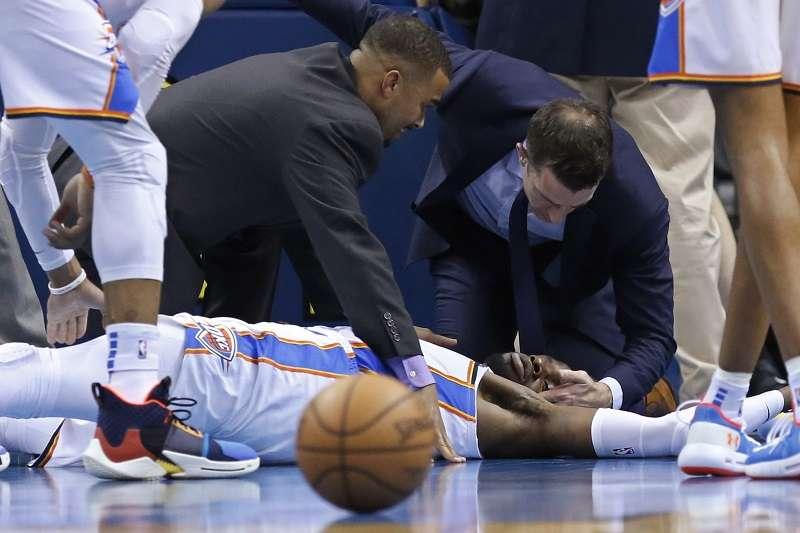雷霆中鋒諾艾爾在昨天的比賽時倒地撞到頭部,確診為腦震盪,歸期未定。 (美聯社)