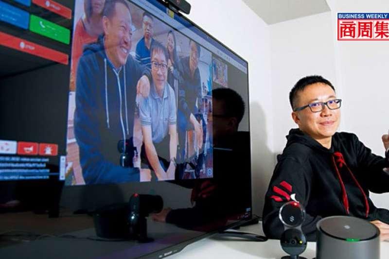 陳昭穎展示團隊設計的AI居家安全監控系統,監控螢幕畫面中為Deep Sentinel台北辦公室6位成員。(圖/商業周刊提供)