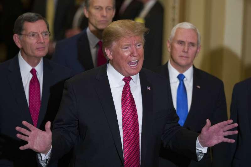 2019年1月9日,美國總統川普與國會民主黨領袖舒默和裴洛西再度聚首白宮,商討如何終止預算案卡關僵局。(AP)