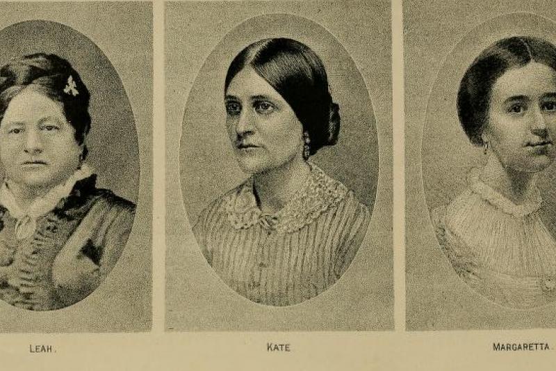 在1849年11月,福克斯三姊妹在羅徹斯特的科林斯廳首度在大眾面前「招魂」。(圖片取自維基百科)