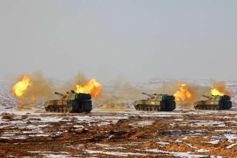 中國人民解放軍陸軍第76集團軍某部在祁連山腹地進行實彈射擊(新華社)