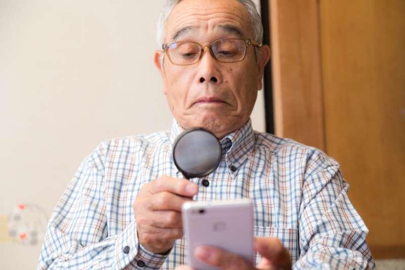老人比較容易轉發假訊息?(示意圖/pakutaso)