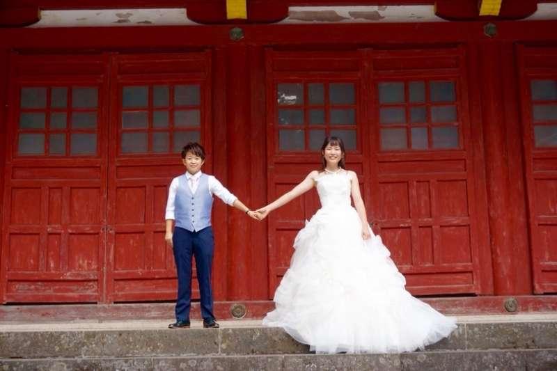 河崎美里說:「目前,日本人對LGBTQ族群並不熟悉。所以我們希望大家能看看我們拍攝、上傳至Instagram的婚紗照,然後思考這個議題。」(圖/截自faavo.jp)