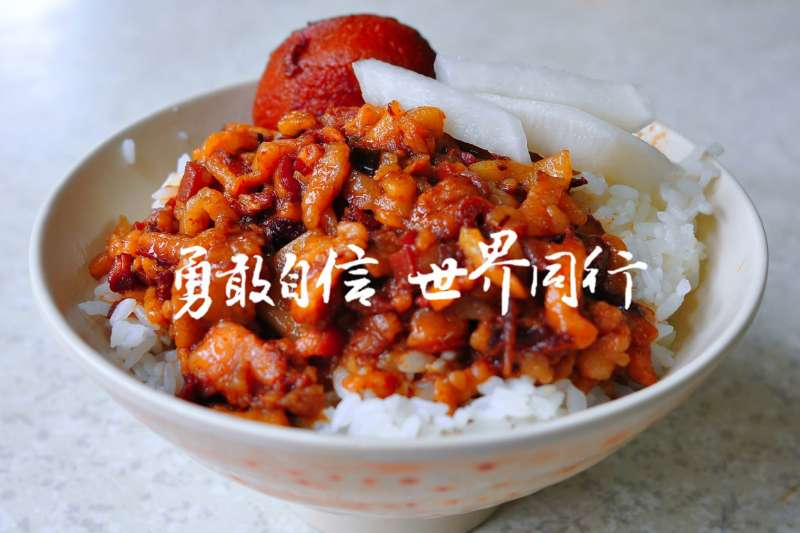 台灣駐慕尼黑辦事處小編臉書粉專放上一張背景圖是「滷肉飯」的照片,引起網友共鳴。(取自Taiwan in München臉書粉專)