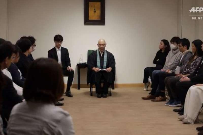 位於東京都豐島區的金剛院蓮華堂每月都會舉行「體驗死亡」的工作坊。(翻攝影片)