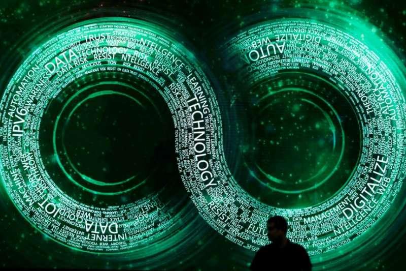 一名男子站在北京舉行的2018互聯網安全大會的會議大廳裡。(美國之音)