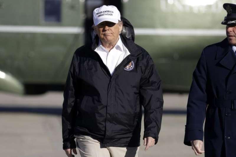 在馬里蘭州安德魯斯空軍基地,川普步行登上空軍一號前往南部邊境。(美聯社)