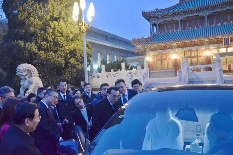 中國國務院總理李克強接見特斯拉創辦人馬斯克,後者帶來一輛全新的特斯拉轎車,並親自向李克強講解性能。(中國政府網)