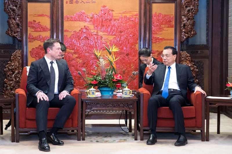 中國國務院總理李克強(右)在中南海親自接見特斯拉創辦人馬斯克,大談歡迎外商來華投資(中國政府網)