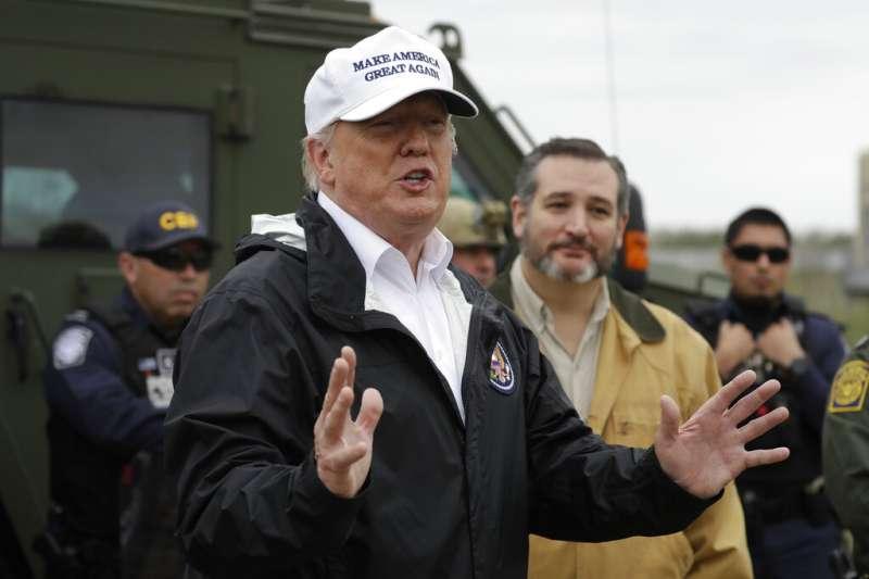 川普10日趕赴美墨邊境視察,共和黨籍的德州聯邦參議員克魯茲也在一旁陪同。(美聯社)