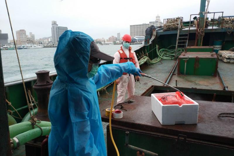 非洲豬瘟疫情升溫,澎湖海巡隊12日在西南海域發現一艘中國籍漁船「永興8號」越界,登船後竟查獲10公斤豬肉。(取自海洋委員會海巡署網站)