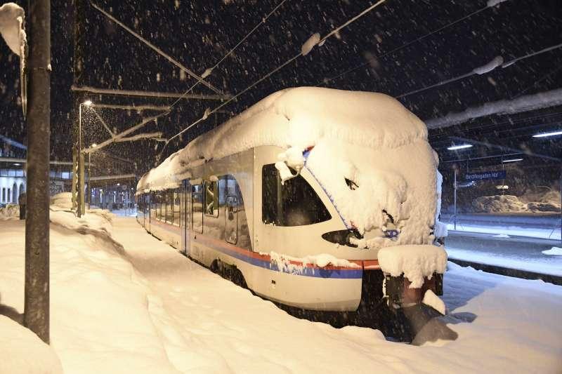 1月10日,德國南部貝希特斯加登火車站,白雪覆蓋著火車(美聯社)