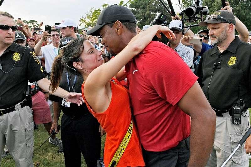 老虎伍茲和現任女友艾莉卡赫曼,在佛州一家餐廳高興慶奪冠。(美聯社)