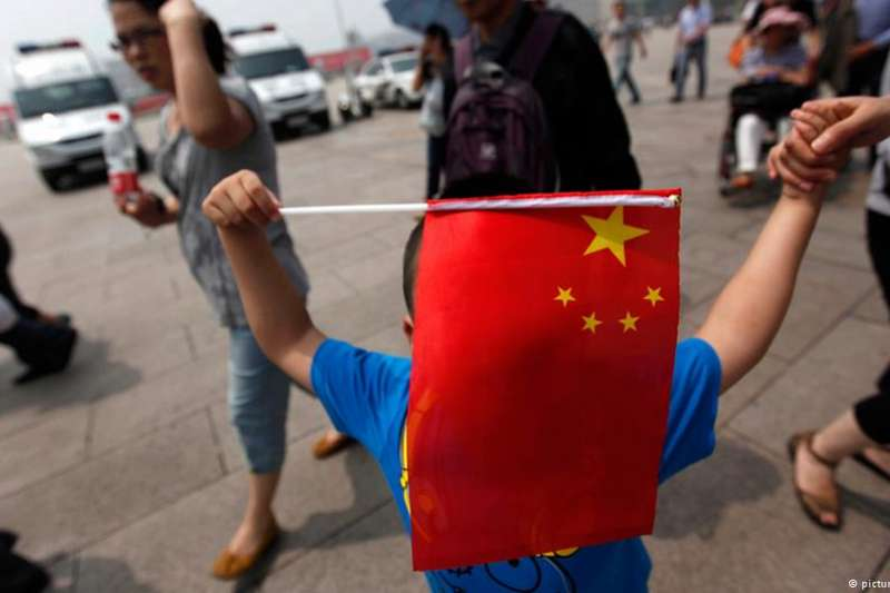 北京大學鄭也夫教授等體制內知識分子喊出勇敢的「我抗議」。時評人長平認為,中國體制內知識分子最大的希望,在於呼籲開放報禁和黨禁,支持體制外的反對力量。(DW)