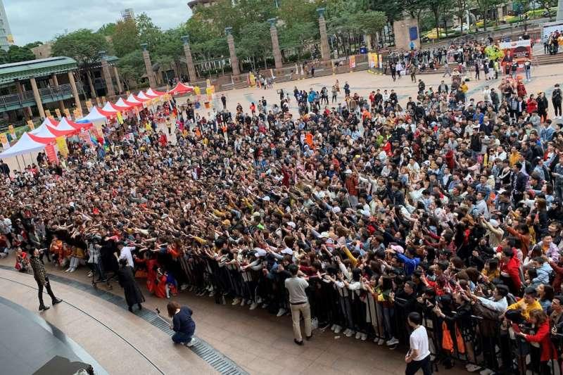 「喜『越』迎新春-越南朋友回娘家」活動邀請有越南潘瑋柏之稱的當紅歌手阮福勝(Noo Phước Thịnh)來台獻唱,將現場氣氛帶到最高潮。(圖/新北市勞工局提供)