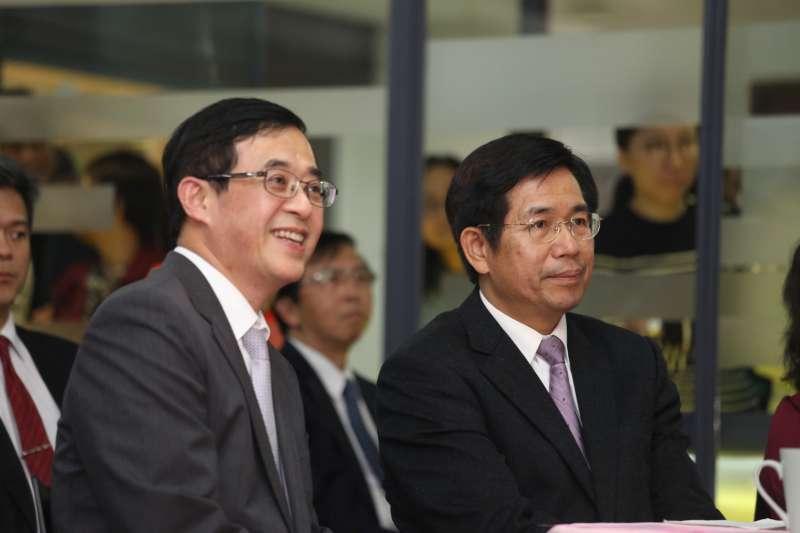 教育部今下午舉行茶會,歡送政務次長姚立德(左),右為教育部長潘文忠。(教育部提供)