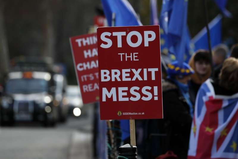 英國國會將於15日表決首相梅伊與歐洲聯盟達成的脫歐協議,支持脫歐與留歐的民眾在國會外示威。(AP)