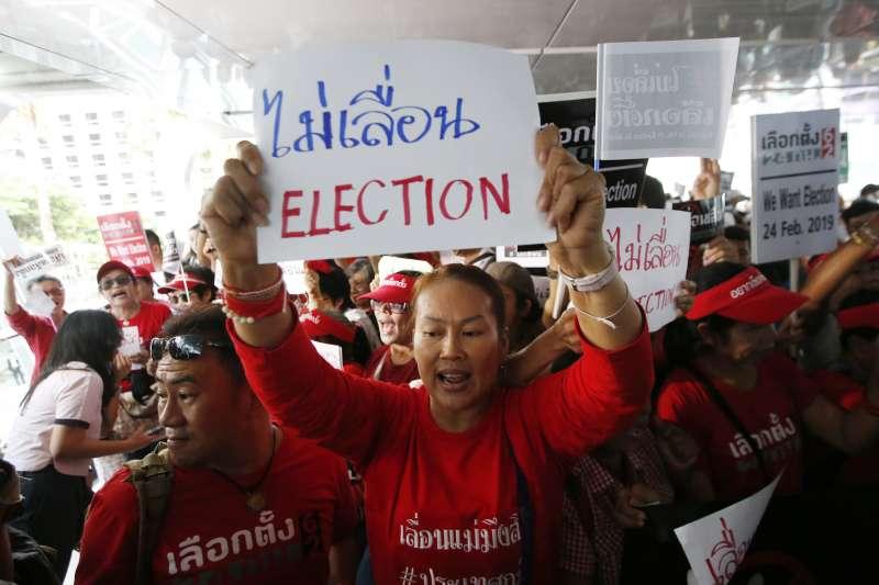 2019年1月8日,泰國民眾在曼谷街頭示威抗議,要求軍政府如期舉行大選(美聯社)