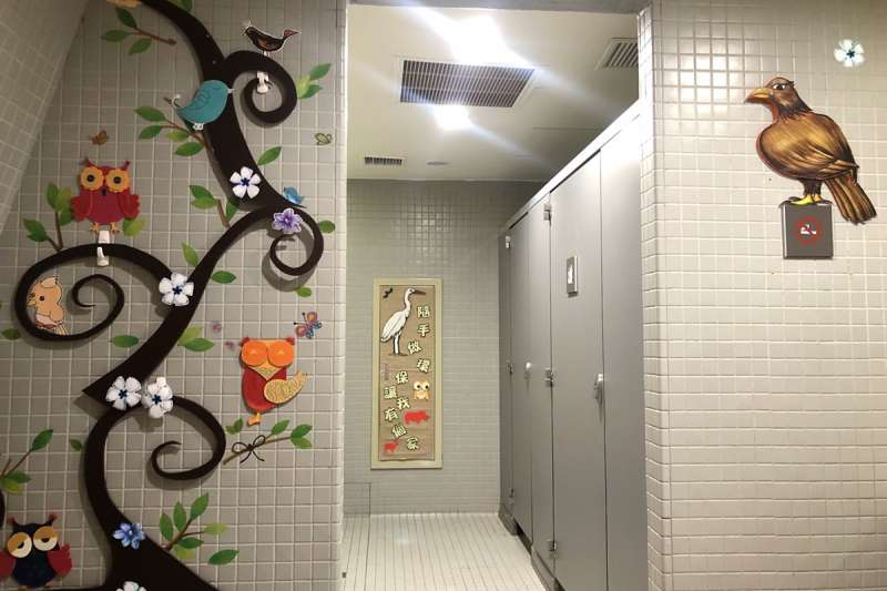 十三行博物館特色主題廁所空間,一走進廁所就能感受到溫馨輕鬆氛圍且結合在地生態創意佈置落實環境教育。(圖/新北市十三行博物館提供)