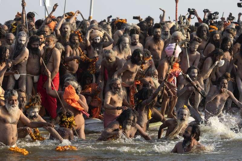 印度大壺節:參加活動者下河沐浴(AP)