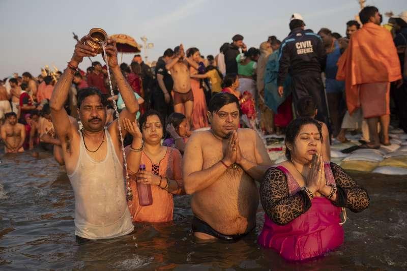 印度大壺節:2013年活動首度准予女性下河沐浴(AP)