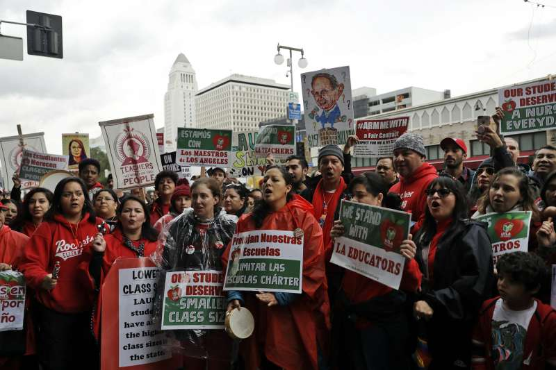 2019年1月15日,上萬名教師走上街頭爭取權益(AP)