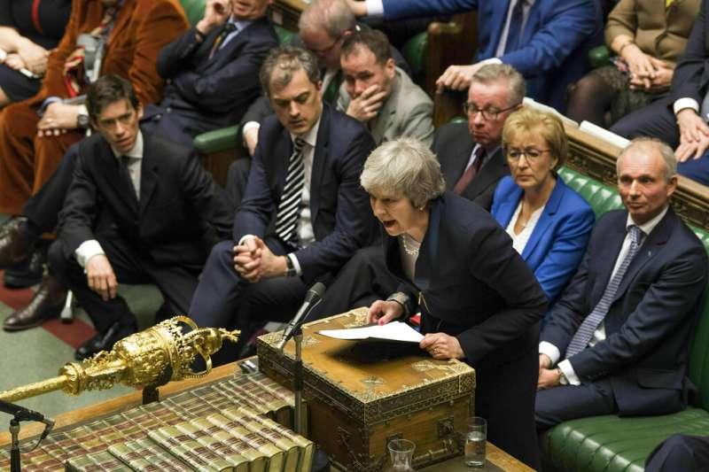 梅伊在脫歐協議遭到否決後,隨即要面臨倒閣案的考驗。(美聯社)