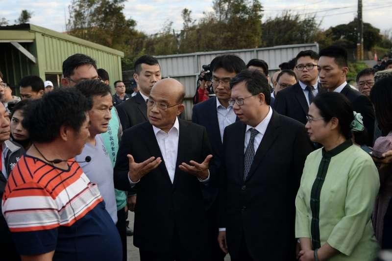 行動派的蘇貞昌(右三)回任閣揆第一天就到桃園做防疫巡視。(行政院提供)