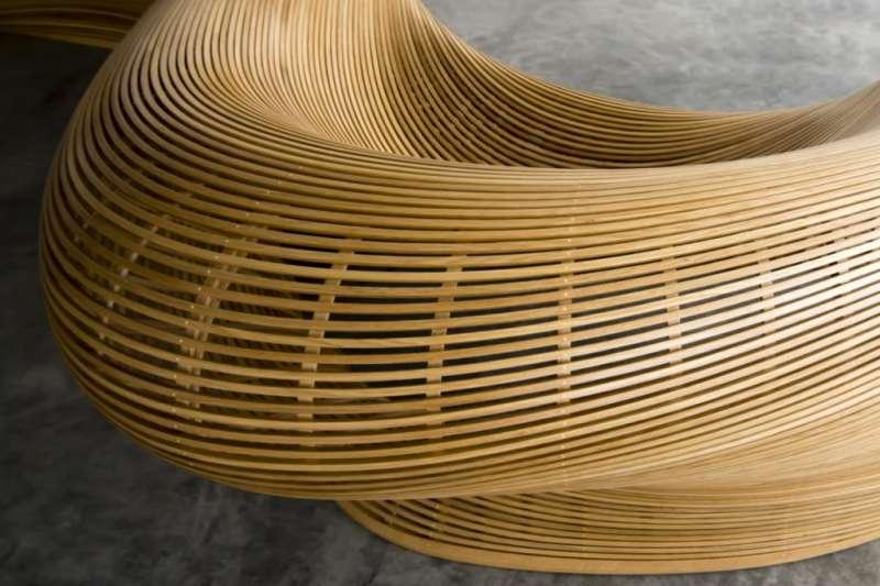 傢俱設計師普利斯尼格將3D技術及造船經驗應用在傢俱設計上,打造出流線如瀑布般的曲面長椅,兼具舒適與實用性。(圖/瘋設計)