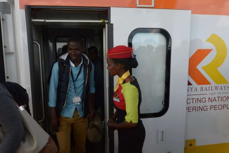 肯亞乘客在標準軌距鐵路的火車上。(美國之音)