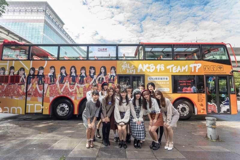 AKB48 Team TP與雙層巴士合影(圖/AKB48 Team TP粉絲專頁)