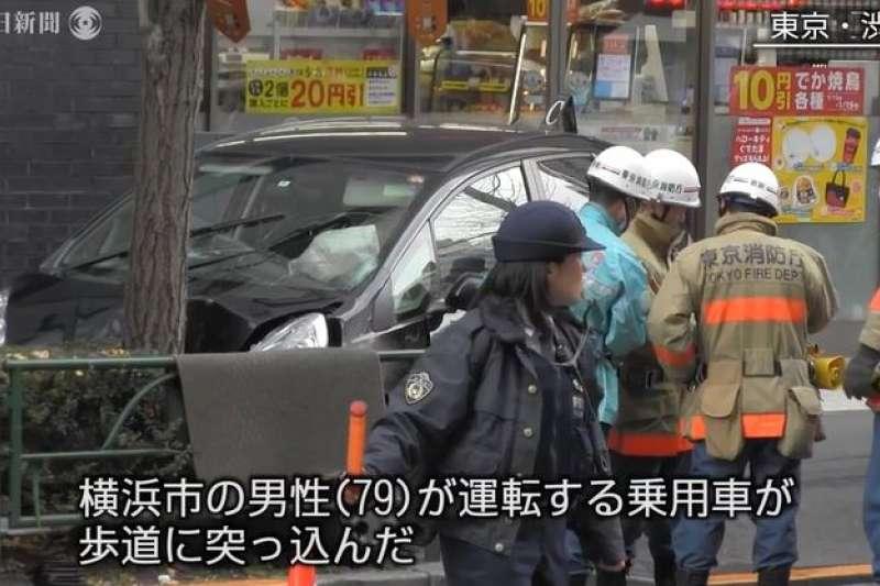 日本JR新宿站附近16日下午發生79歲老翁駕車衝入人行道的事故。(翻攝影片)
