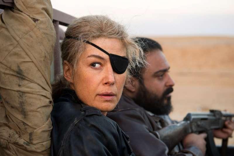 瑪麗·科爾文被譽為這世代最偉大的戰地女記者,海盜獨眼罩是她的招牌特色。她總是用充滿人性的視角書寫戰爭,為世人報導真相。然而,不斷的深入戰地,卻對她造成了無法挽回的傷害……(圖/采昌國際多媒體提供)
