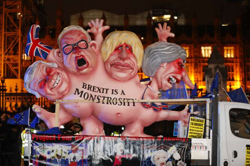 反脫歐的民眾在將脫歐政客畫成怪物,極力表達對脫歐的不滿。(美聯社)