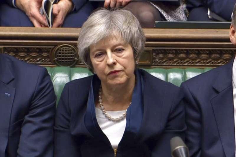 面對脫歐協議遭到否決,英國首相梅伊在下議院神態頹喪。(美聯社)