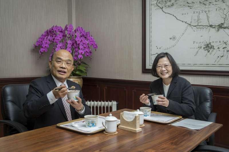 20190106_總統蔡英文(右)今(16)日中午和行政院長蘇貞昌(左)進行例行午間會見。(總統府提供)